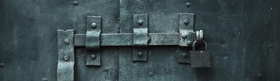 hangslot in ijzeren deur
