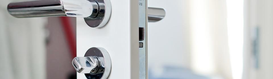 deurklink met sleutel in slot
